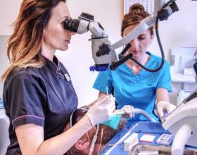 Mikroskop operacyjny OPMI Pico, podczas pracy stomatologa - Poliklinika Stomatologiczna Polmedico